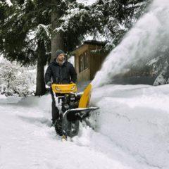 Самоходный бензиновый снегоуборщик