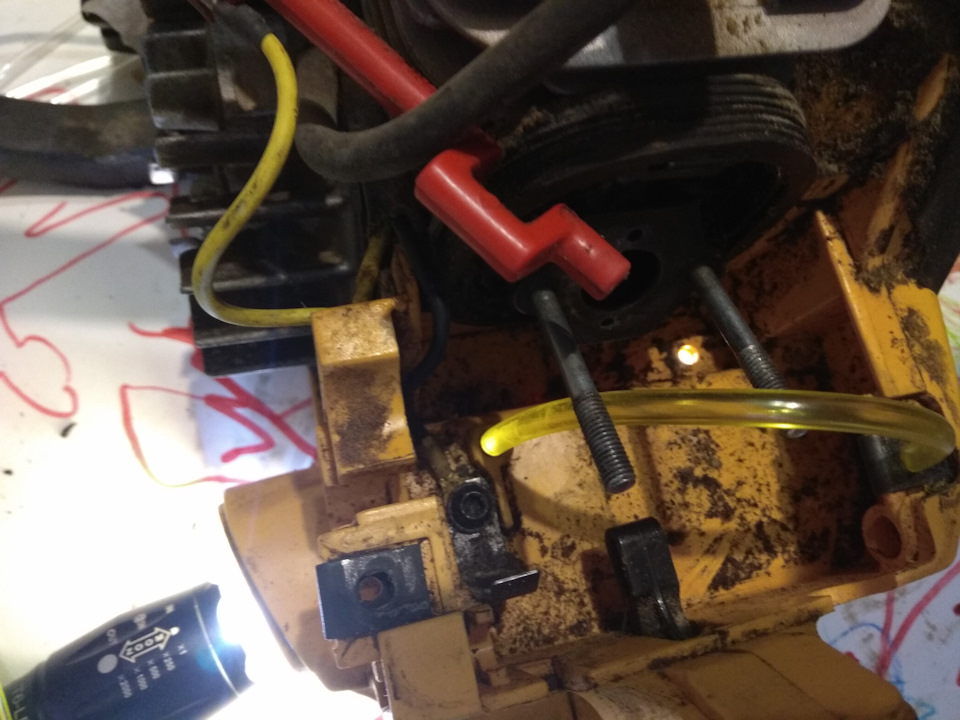 Если бак полный, проверьте бензопровод. Отсоедините трубку от карбюратора и проведите подкачку. Если все в порядке, бензин будет выплескиваться плевками в соответствии с нормами производителя.
