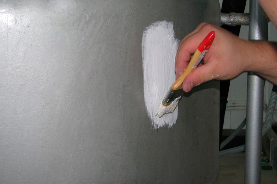 кистью (удобнее всего использовать для окраски труб или воздуховодов, хорошо работать с вязкими материалами);