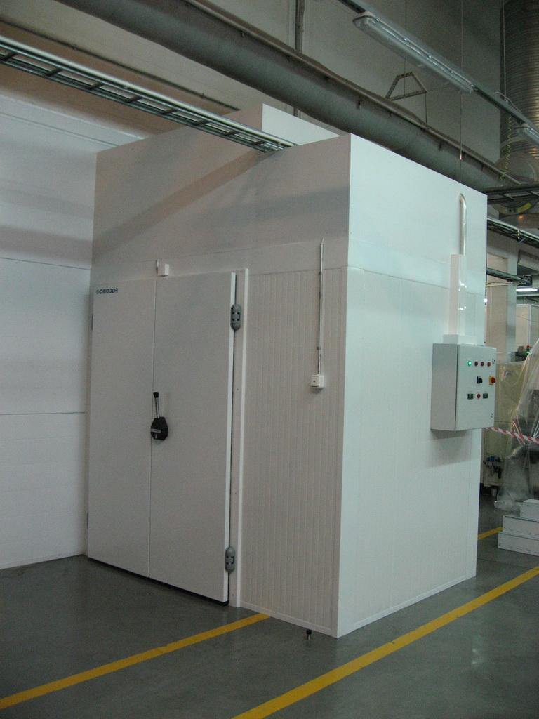 утепление оборудования в промышленных цехах и холодильных установках.